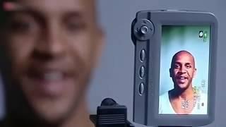 """Attraktive Gesichter werden in Experimenten oft am Computer erstellt. Dazu wird eine Reihe von Photographien echter Personen per Morphing zu einem Durchschnittsgesicht zusammengemischt. Derartige Durchschnittsgesichter werden von vielen Betrachtern als attraktiv beurteilt. Nach Meinung einiger Autoren könnte die Attraktivität der Durchschnittsgesichter aber mehr auf den Nebeneffekt zurückzuführen sein, dass deren Haut durch das Morphen besonders makellos, glatt, fein und damit im reproduktiven Alter wirkt, als auf die eigentliche Durchschnittlichkeit der Gesichter.Die wahrgenommene Attraktivität kann durch künstlich geschaffene Symmetrie zwischen den Gesichtshälften erhöht werden. Auch Säuglinge widmen diesen künstlich erzeugten Gesichtern mehr Aufmerksamkeit. Zudem scheinen Gesichter mit weiblicheren Zügen als attraktiver wahrgenommen zu werden, zum Beispiel wenn sie höhere Wangenknochen aufweisen. Tägliche Erfahrung zeigt, dass lächelnde Menschen spontan als attraktiver eingestuft werden als andere.Im Tierreich gibt es Belege dafür, dass äußerliche Merkmale und deren Symmetrie bestimmend für die sexuelle Attraktivität sind, beispielsweise das Pfauenrad, das Aufplustern oder Pfeifen von Vögeln bzw. unter höheren Säugetieren die Statur des ältesten Gorillas oder das Geweih der männlichen Hirsche."""""""