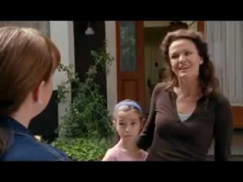 flv - Un matrimonio y su pequeña hija se mudan a una nueva casa con un bonito jardin.Un dia la madre descubre q su hija habla sola,y lo que parece una compañera de...