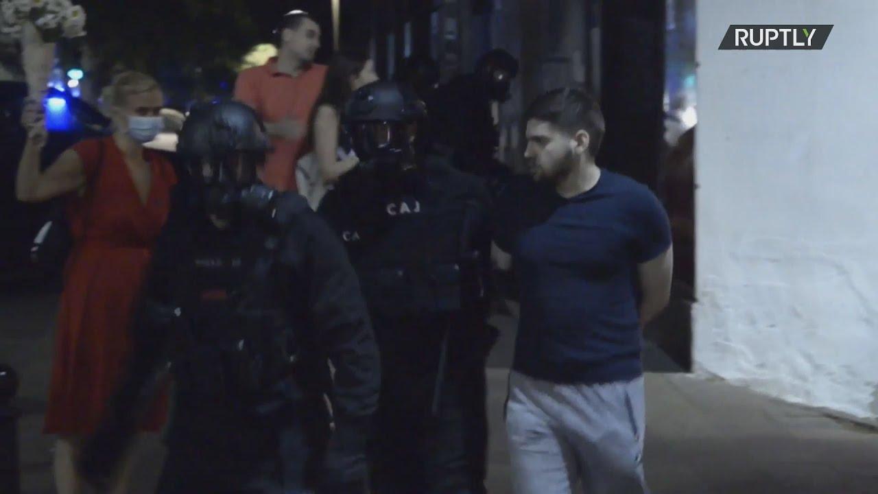 Δεκάδες συλλήψεις στο Βελιγράδι έπειτα από έφοδο εθνικιστών διαδηλωτών στη Βουλή