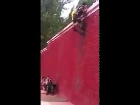 這三位消防員竟然只用了「7秒鐘就一起爬上高墻」,整個過程讓人傻眼到不停重播!