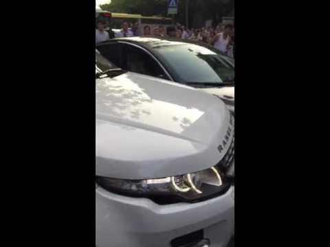 පාර බ්ලොක් කරපු ජගුවර් එක Range Rover එකකින් හප්පලා කුඩු පට්ටම් කරපු හැටි...!!