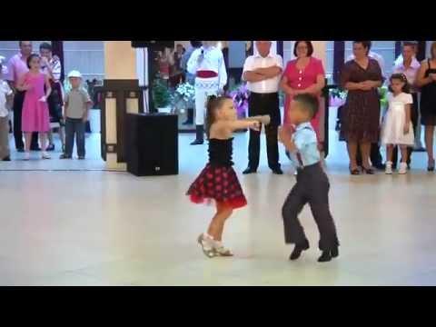 Màn nhảy đẹp mắt của 2 em bé