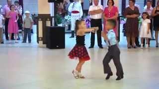 Màn nhảy đẹp mắt của 2 em bé - Beautiful dance of 2 children