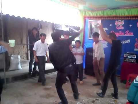 Thanh niên nam nữ nhảy cực xung tại đám cưới