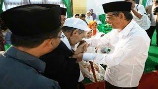 Video Kenapa KH Maimun Zubair Cium Tangan KH Hasyim Muzadi | Inilah Akhlaq Ulama' NU MP3, 3GP, MP4, WEBM, AVI, FLV April 2019