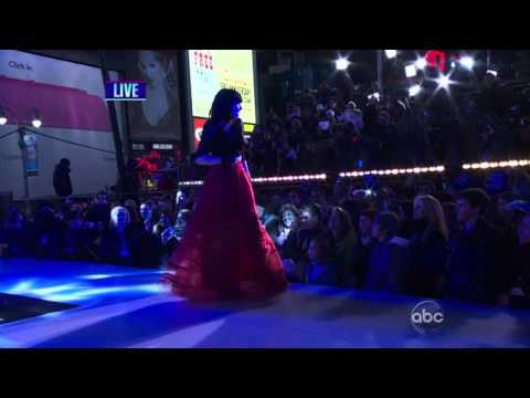 """Carly Rae Jepsen """"Call Me Maybe"""" & """"This Kiss"""" Live From Time Square - New Year's 2013"""