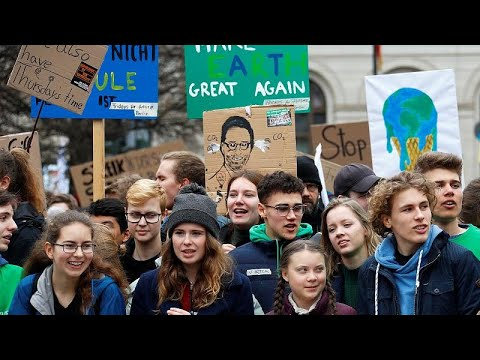 Fridays For Future: Greta Thunberg demonstriert mit Ta ...