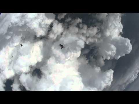 高空傘兵跳到雲裏會怎樣…