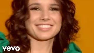 Music video by Paula Fernandes, Leonardo performing India. (C) 2010 Universal Music International.