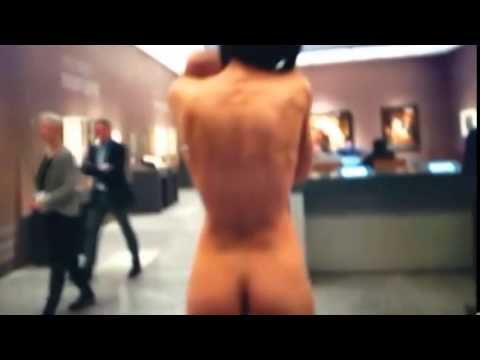 Mujer camina desnuda con bebé en Museo de Arte – Milo Moiré