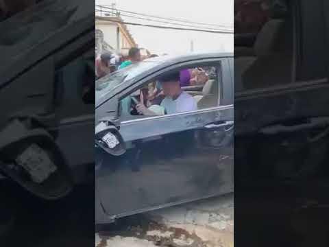 Thanh niên ngáo đá gây tai nạn liên hoàn vẫn ngồi trong xe quẩy - Thời lượng: 30 giây.