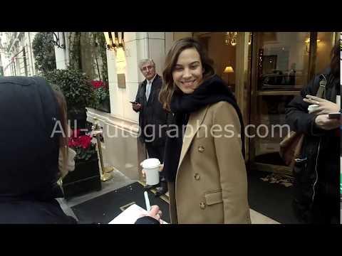 Alexa Chung signing autographs in Paris видео