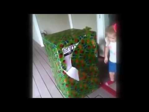 bimba scarta un regalo e dentro c'è il papà che non vede da tanto tempo