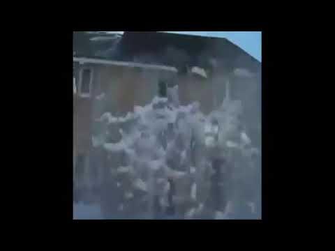 Dziadek strąca sople z dachu !!!