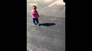 Vidéo d'un enfant qui a peur de son ombre