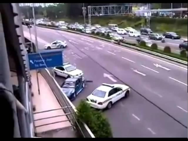 Quái xế chọc xe cảnh sát