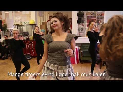 Unge Spor øver på forestillingen Sirka Sirkus