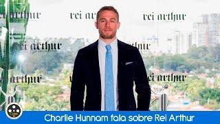 Charlie Hunnam fala sobre Rei Arthur em sua passagem pelo Brasil