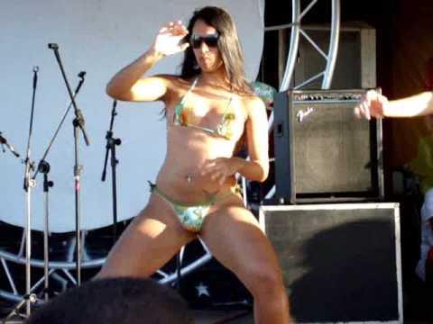 Brasileñas bailando créu en la playa