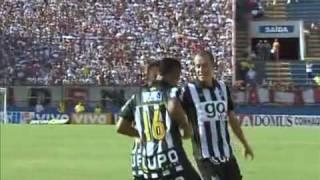 são paulo toma um chocolate do SANTOS com direito a paradinha no pênalti com Neymar e um belo gol de letra com Robinho.