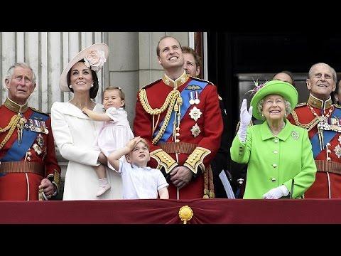 Βρετανία: Λαμπρή παρέλαση για τα 90α γενέθλια της βασίλισσας Ελισάβετ