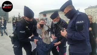 Milicja siłą zaciąga starszą kobietę do suki