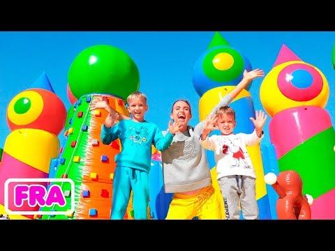 Vlad et Nikita dans le plus grand parc de structures gonflables pour enfants du monde