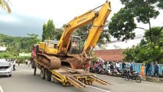 Proses Menurunkan Beko (Excavator) dari Truk