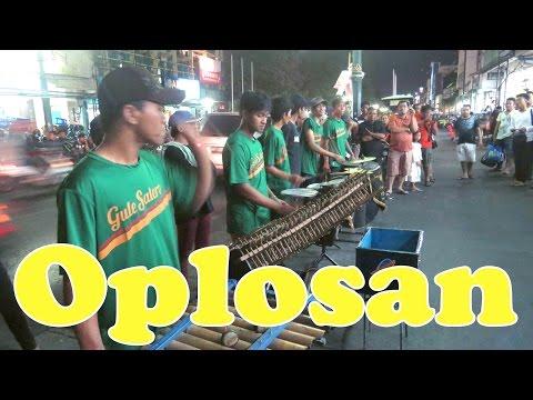 Video Oplosan - Angklung Malioboro (Pengamen Jogja) Lihat Lebih Dekat download in MP3, 3GP, MP4, WEBM, AVI, FLV January 2017