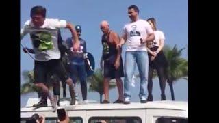 Bolsonaro tenta mosh e cai direto no chão.