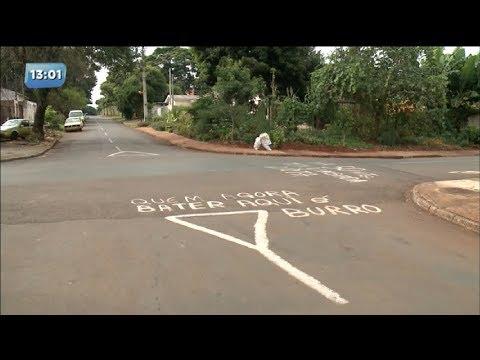 Moradores pintam avisos com mensagens ofensivas no asfalto para alertar motoristas
