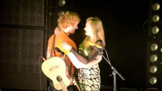 Video Ed Sheeran Brings Girl Up On Stage at Melbourne Show, Australia MP3, 3GP, MP4, WEBM, AVI, FLV Maret 2018