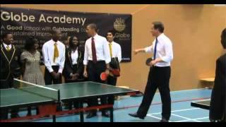 Barack Obama and David Cameron играют в настольный теннис в школе