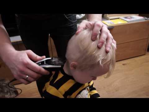 Schneiden Milan die Haare mit dem neuen Haarschneider Philips 7000