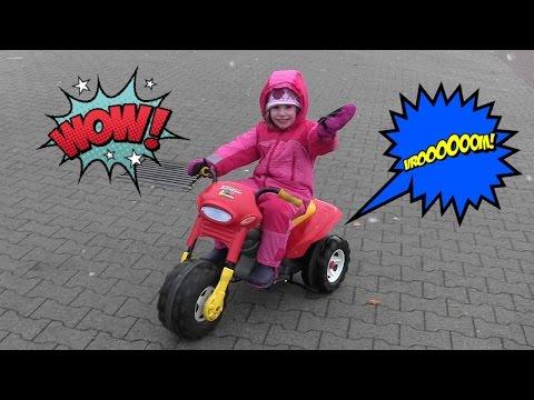Hannah fährt Motorrad - Elektrofahrzeug / Trike für Kinder - Outdoor Fun
