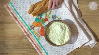 Yogurt griego, pepino, ajo y aceite de oliva en una salsa griega deliciosa que puedes servir como dip con pan pita y verduras, o sobre ensaladas y carnes griegas. Encuentra la receta completa en Allrecipes México: http://allrecipes.com.mx/receta/12413/salsa-de-yogurt-griega-tzatziki.aspx