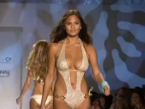 歩くたびにオ○パイ揺れ揺れ。水着のファッションショーで美乳・巨乳が大集合。