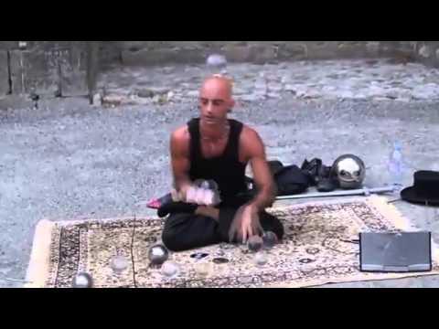 Уличный иллюзионист ломает все законы физики (видео)