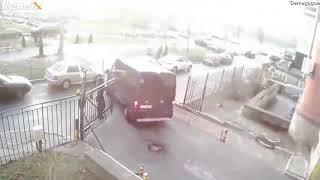 """Rosyjski """"S.W.A.T"""" w akcji. Prawie złapali bandziora gdyby nie brama"""