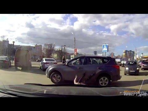 Sokea autoilija jyrää jalankulkijan parkkipaikalla