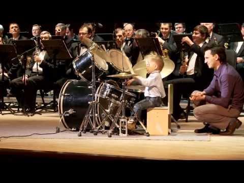 3-vuotias rumpali orkesterissa – Todella taitavaa soittamista!