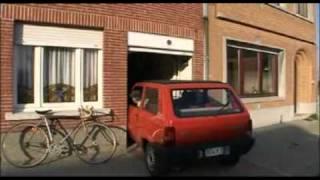 Narzekasz, że ciasno na parkingu? Ten 87-latek parkuje w garażu, który ma tylko 1,55 szerokości!