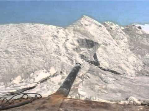 Транспортировки кристаллов соли от землечерпалки до наружных бассейнов