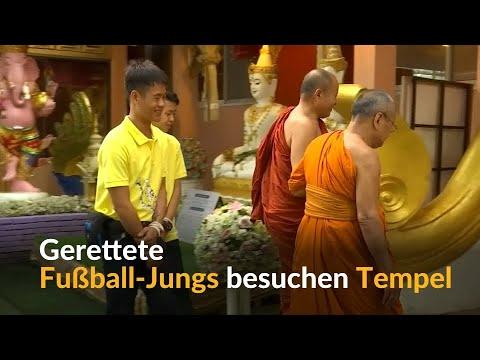 Thailand: Erste Nacht zu Hause - die geretteten Fußball-Jungs besuchen Tempel