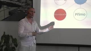 Foto z akcie BarCamp Bratislava prednáša Alexander Visnyai.