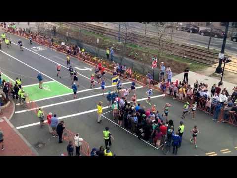 Cruzando la calle en la maratón
