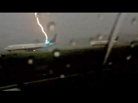 Смотреть онлайн: Пассажир снял на видео удар молнии в самолет