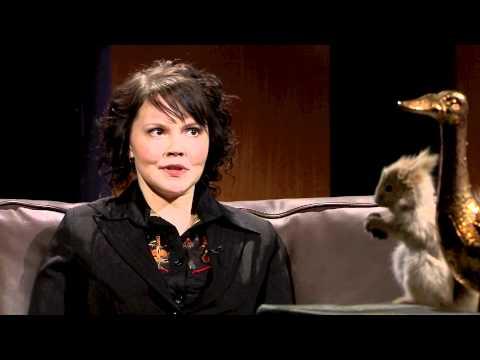 Tuomas Enbuske Talk Show - Jakso 2 - Vieraina Eva Wahlström ja Katja Kettu tekijä: tvviisi