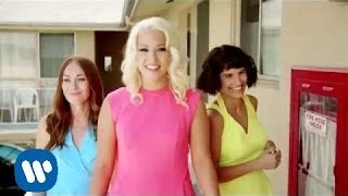 Amelia Lily premieres 'California' (official video)