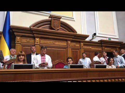 Радикалы блокируют трибуну Рады, требуя не голосовать за «путинские» изменения